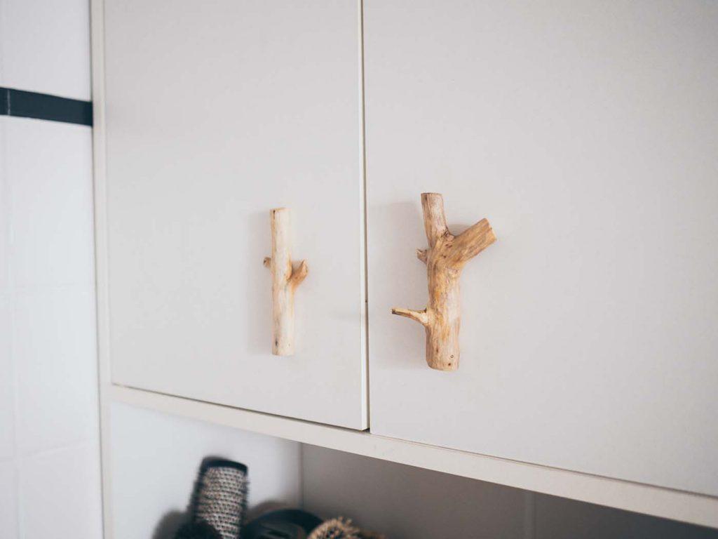 Möbelgriffe selber machen aus gesammelten Ästen für einen rustikalen Look