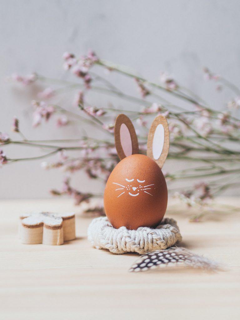 Makramee Eierbecher aus Holzringen als Tischdeko zu Ostern selber machen