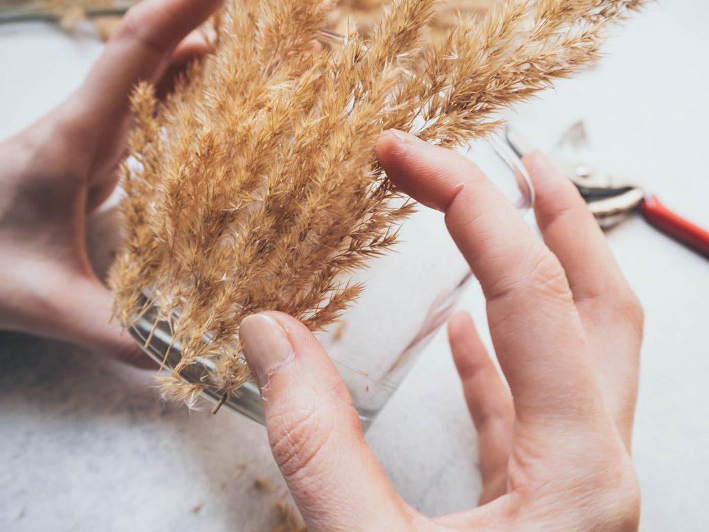 Windlicht mit Gräsern selber machen als Geschenk, Hochzeitsdeko, Boho Deko für die Wohnung oder den Balkon bzw. Terrasse
