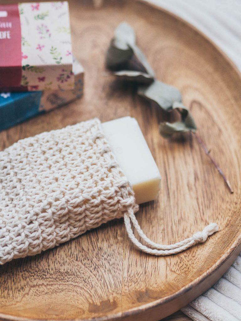 Nachhaltiges Badezimmer, Seifensäckchen häkeln mit Kordelzug zum Aufschäumen und Transportieren von festen Shampoos, Waschstücken und festen Seifen für ein Badezimmer ohne Plastik, nachhaltige Kreatividee