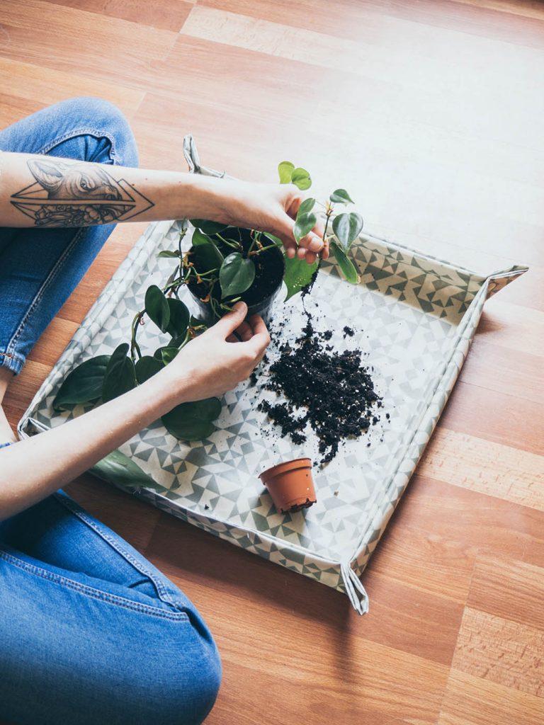 DIY Pflanzmatte selber machen, Pflanzmatte nähen, Schnittmuster, Unterlage zum Umtopfen und Einpflanzen von Pflanzen,, Pflanzen Gadget, Hilfsmittel