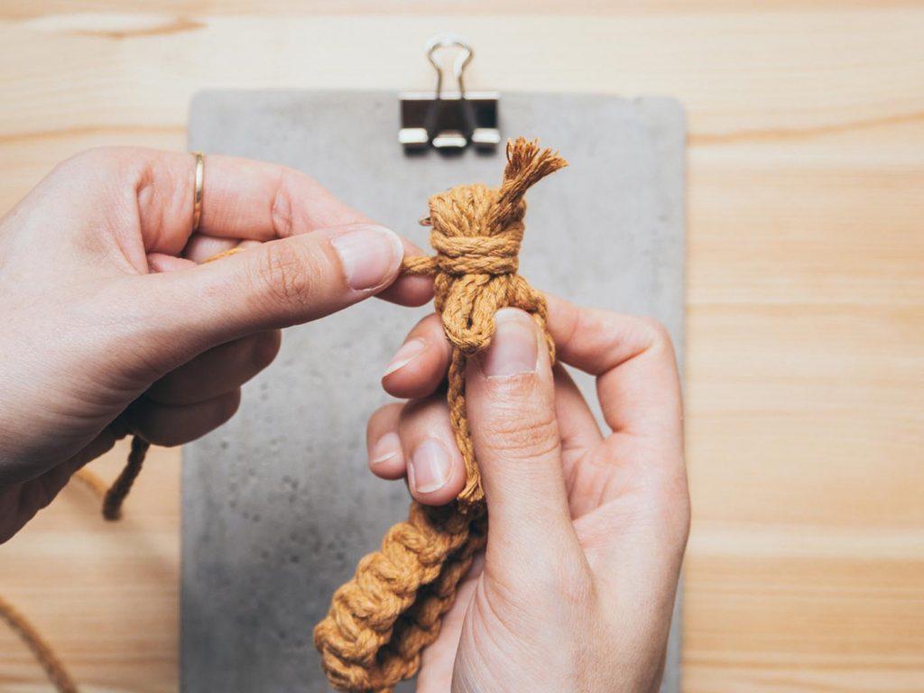 Makramee Grundknoten: Wickelknoten zum Zusammenhalten mehrerer Fäden
