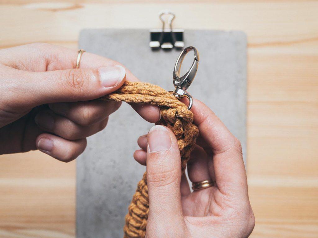Kostenlose Makramee Anleitung für ein kleines Anfänger Projekt und als Geschenk