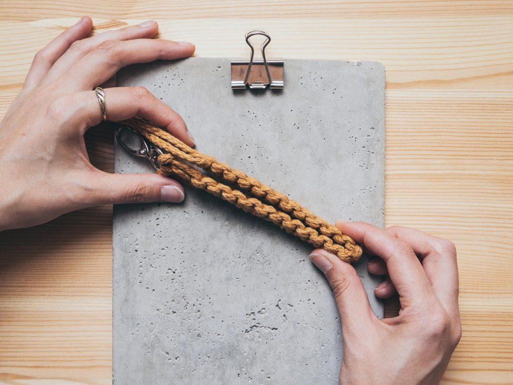 Makramee Schlüsselanhänger als Schlaufe selber machen