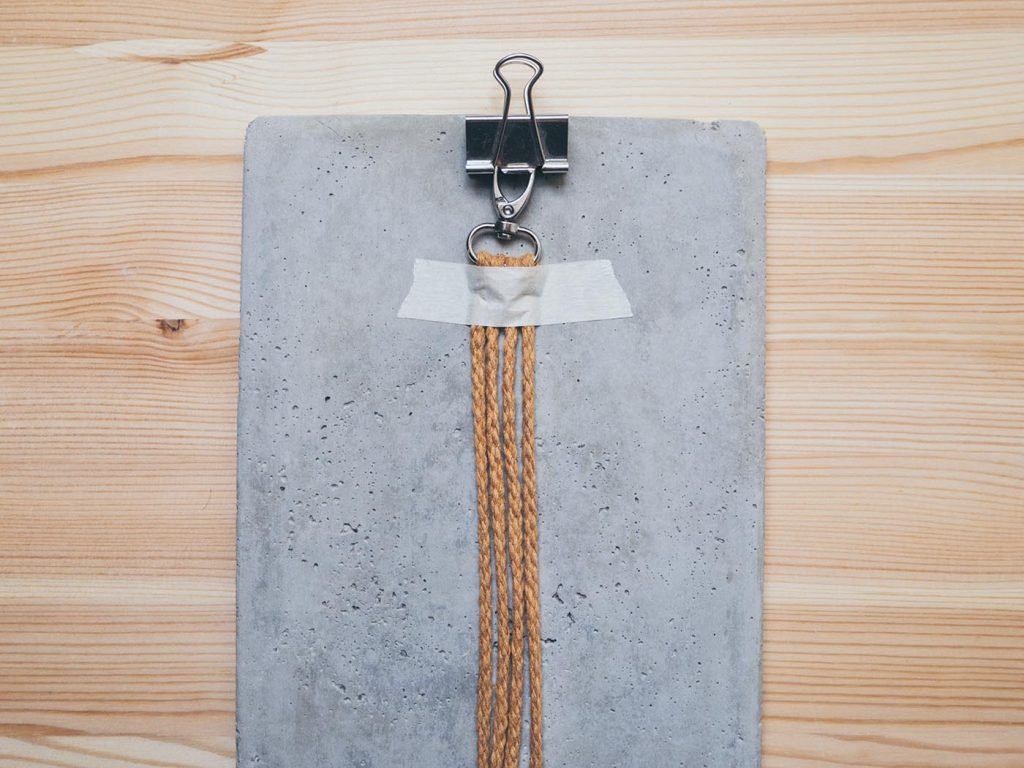 Einfacher Makramee Schlüsselanhänger mit Schlaufe als Geschenk